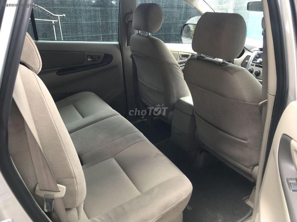 Bán xe Toyota innova 8 chỗ, E 2015 màu bạc, mâm đen